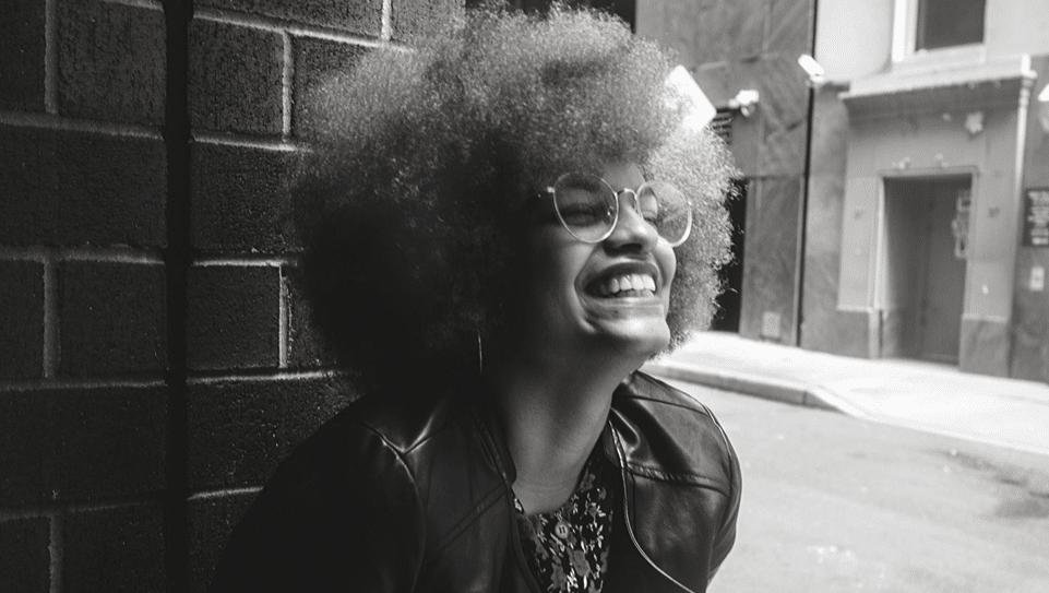 Sourire, cheveux crépus